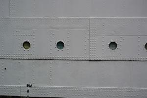 船の外側から撮ったリベットの様子
