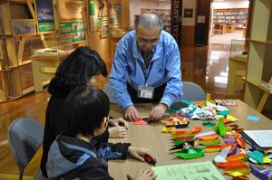 教育活動ボランティアの「楽しい船の折り紙教室」の様子