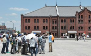 赤レンガ倉庫で学芸員の解説を聞く参加者